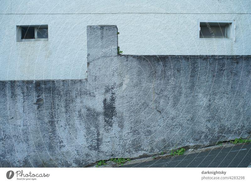 Gesichtsartige Fassade mit äugen ähnlichen Fenstern und einer Mauer im Kellergeschoss Architektur Menschenleer Außenaufnahme Farbfoto Stadt Bauwerk Gebäude Haus