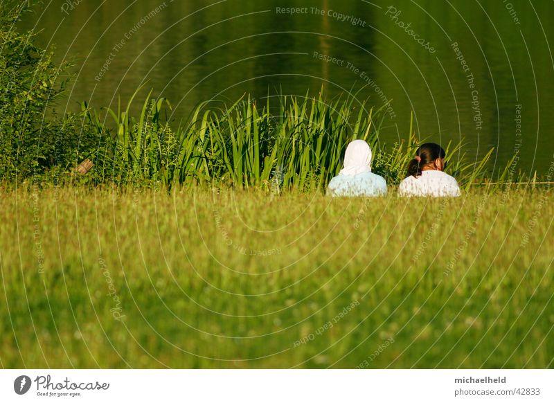 Zweisam einsam 2 Mädchen Frau Wiese See Reflexion & Spiegelung grün Kopftuch Islam Pferdeschwanz Zopf braun verdeckt ruhig Einsamkeit Zusammensein Stuttgart