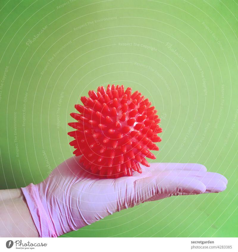 Auf dem Präsentierteller. Virus coronavirus Hand Schutz Handschuhe Medizin Ball covid-19 Coronavirus Pandemie Infektionsgefahr Corona-Virus Krankheit Prävention