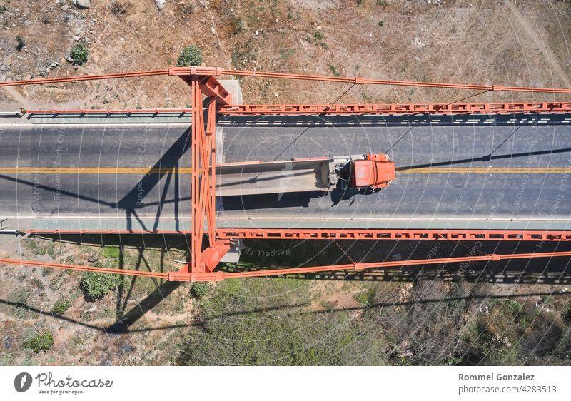 LKW überquert schöne Brücke im Sommer. Szene. Luftaufnahme von LKW tragen Dinge fahren über Brücke auf dem Hintergrund Lastwagen Schnellstraße Natur Landschaft