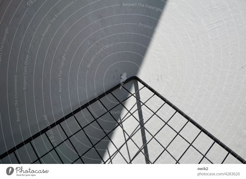 Schräger Clubsessel Gestell Sitzgelegenheit Schatten Sonnenlicht Schwarzweißfoto Metall Muster rätselhaft Balkon Menschenleer Außenaufnahme geheimnisvoll