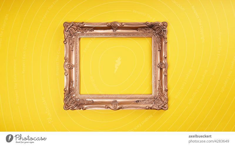 leerer Bilderrahmen an gelber Wand Rahmen gold goldfarben Kunst Dekoration & Verzierung gelber hintergrund gerahmt Ausstellung Museum verziert Kunstwerk Gemälde