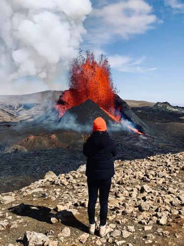 Vulkanausbruch in orange vulkan island feuer fontäne berg natur Landschaft Urelemente Feuer Außenaufnahme Umwelt Berge u. Gebirge heiß Island Menschenleer Klima
