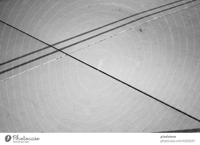 Muster aus tristen Beton-Bodenplatten Betonboden Betonplatte Betonbauweise Betonklotz betoniert betonieren grau Bauwerk Bodenbelag Stadt städtisch urban