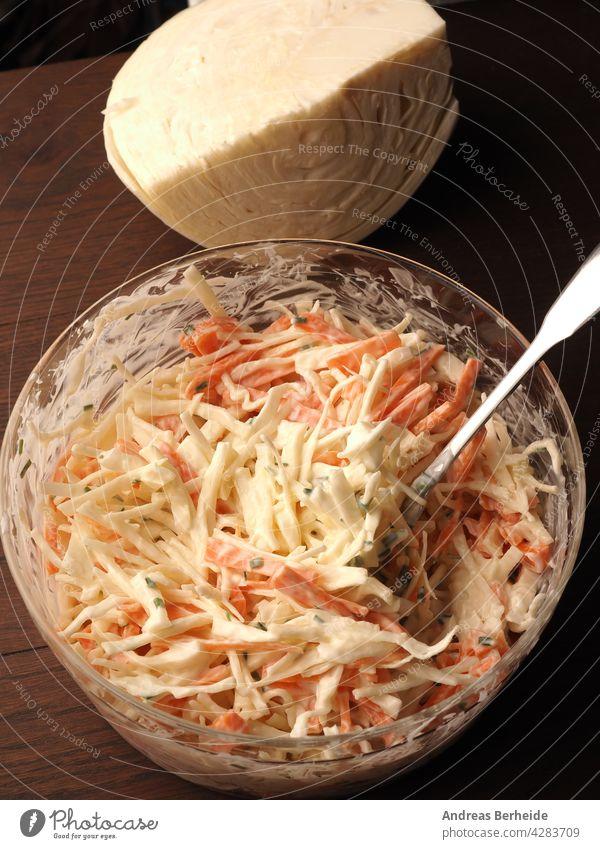 Traditioneller Weißkohlsalat mit Möhren ,Schnittlauch, Naturjoghurt und veganer Mayonnaise. Alles in Bio-Qualität ! gesunde Ernährung Glasschüssel vorbereitet