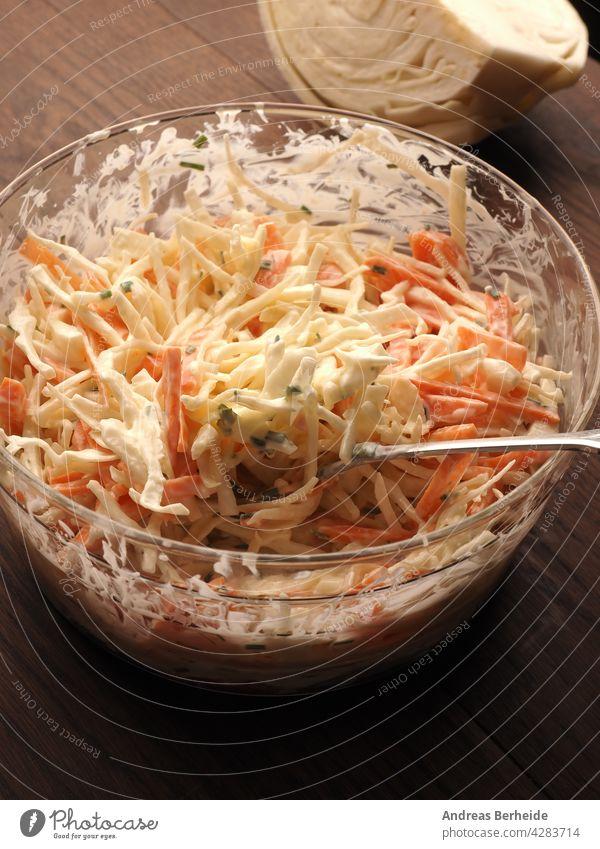 Traditioneller Weißkohlsalat mit Möhren ,Schnittlauch, Naturjoghurt und veganer Mayonnaise. Alles in Bio-Qualität Amuse-Gueule Schalen & Schüsseln Kohlgewächse