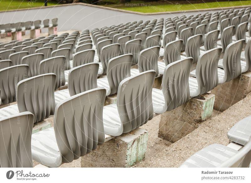 Reihen von Plastiksitzen im Stadion Sitz Kunststoff Veranstaltung Stuhl leer Konzert Sitzgelegenheit niemand Hintergrund Sport Muster stehen Bank Publikum