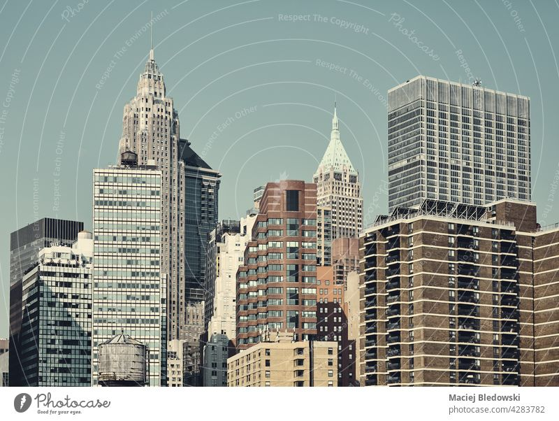 Stadtbild von New York City, farbige Tonung aufgetragen, USA. New York State Big Apple Wolkenkratzer Großstadt Gebäude Büro Business Grundbesitz nyc retro
