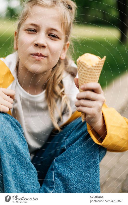 Porträt eines niedlichen blonden Teenager-Mädchens mit Eis bei einem Spaziergang im Park. Kind im Freien Sommer Speiseeis gelb lustig Stilrichtung Spaß Glück
