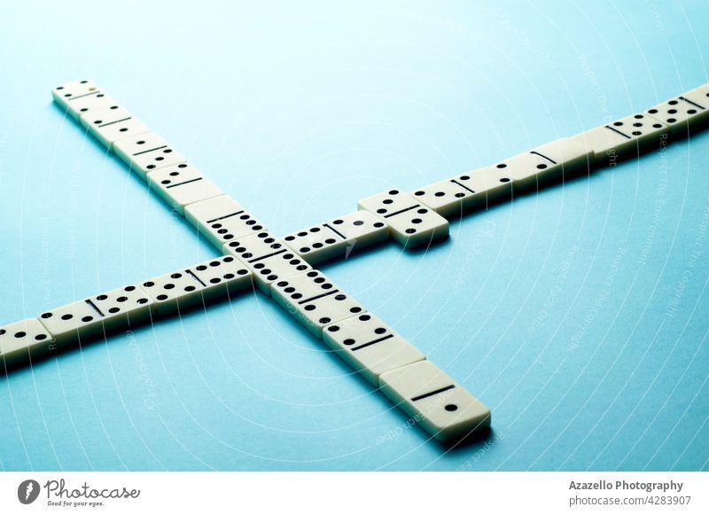 Domino-Steine auf blauem Hintergrund mit einem leeren Raum für Text Kopie minimalistisch symbolisch Domino-Knochen Glücksspiel Dominosteine Teile Elfenbein