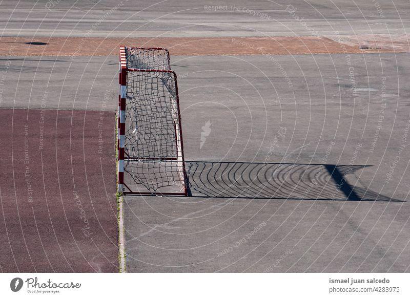 Sportgeräte für Straßenfußball-Tore Fußball Fußballtor Gerät Netz Seil Boden Feld Gericht Fußballfeld Spielen alt Verlassen Park Spielplatz im Freien Bilbao