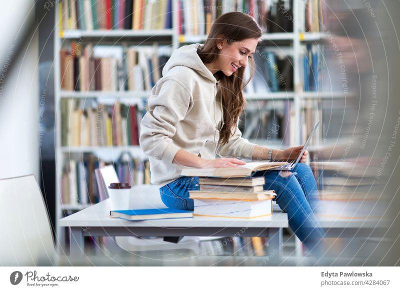 Junge Studentin studiert in der Bibliothek genießend Lifestyle jung Erwachsener Menschen eine Person lässig Kaukasier positiv Glück Lächeln Frau attraktiv schön