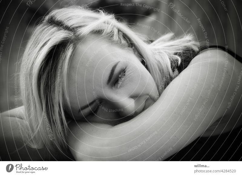 müde. kaputt. antriebslos. Müdigkeit Erschöpfung gestresst Burnout Migräne Allergie Frau blond schlafen aufgestützt ausgelaugt