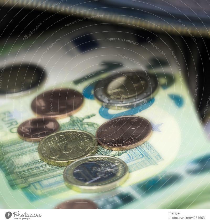 Geldscheine und Münzen in einer Geldbörse mit Reißverschluss Eurozeichen Bargeld bezahlen Einkommen Reichtum kaufen Schwarzgeld Business Investition