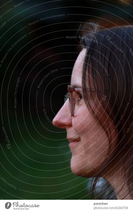 gesicht einer lächelnden frau im profil kopf brille profilansicht Mensch Blick haare brünett zufrieden freundlich feminin Erwachsene Haare & Frisuren