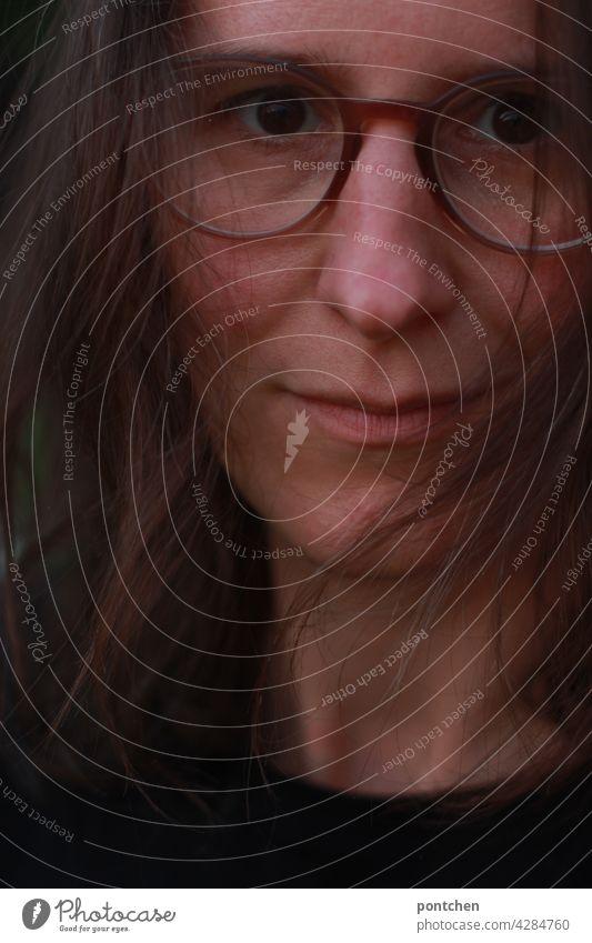 gesicht einer frau mittleren alters mit ernstem blick profil brünett starren haare selbstbewusst streng feministisch brille Porträt Blick in die Kamera