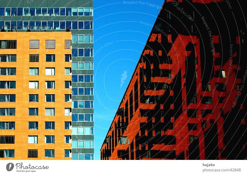 Drei-Häuser-Eck Bürogebäude Sonnenlicht Reflexion & Spiegelung rot Architektur modern blau