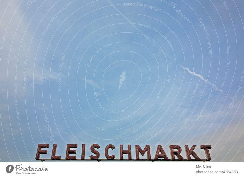 Fleischmarkt Schriftzeichen Schilder & Markierungen Leuchtreklame Markthalle Typographie Großmarkt Wurstwaren Werbung Buchstaben Hinweisschild Wort Himmel