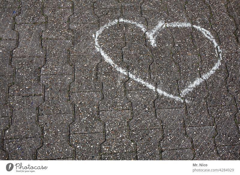 gezeichnet & gemalt   herz aus stein kreide bürgersteig straße zeichen verliebt draußen herzlich romantisch symbol symbolisch boden gehweg Kindheit Kreativität