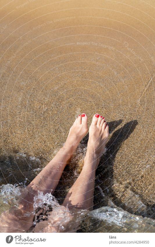 auf den Kopf gestellt l Kopfüber ins Vergnügen Strand und Meer Frau Küste Ferien & Urlaub & Reisen Sand Erholung Beine kopfüber Barfuß Erwachsene Wasser Kreta