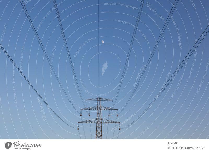 weit weg | der Mond Himmel Himmelskörper abends Strommast Hochspannungsmast Leitungen Überlandleitung Oberleitung Hochspannungsleitung Energie Elektrizität