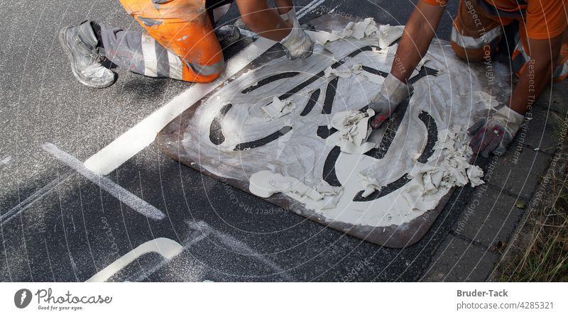 Bodenmarkierung für ein Fahrradweg Straßenmarkierung Fahrbahnmarkierung Markierung Schilder & Markierungen Verkehrswege Asphalt Wege & Pfade Zeichen
