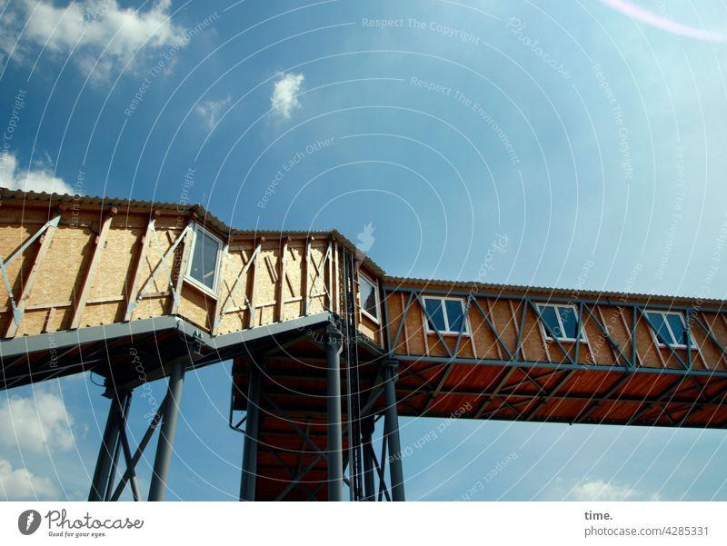 Luftnummer treppe überdacht gerüst architektur bauwerk überwegung schutz sicherheit baustelle gang fenster baukunst hoch himmel Schönes Wetter perspektive
