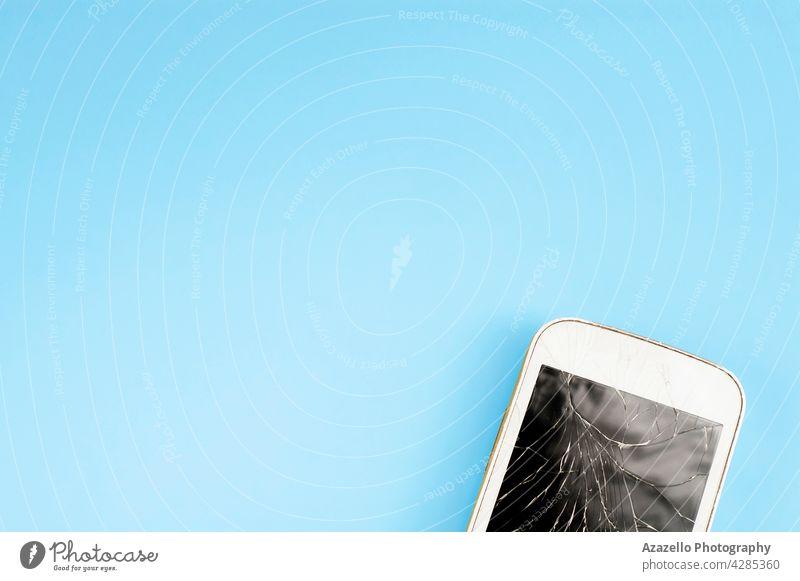 Ein kaputtes Touchscreen-Handy auf blauem Hintergrund mit freiem Platz zum Kopieren und Einfügen von Text Layout sehr wenige Verbraucher App gebrochen Business