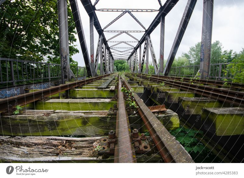 Strecke verloren zur Überquerung eines Hindernisses Schiene lost places Gleise Verkehrswege Eisenbahnbrücke Himmel Brücke gerade Architektur alt Verfall