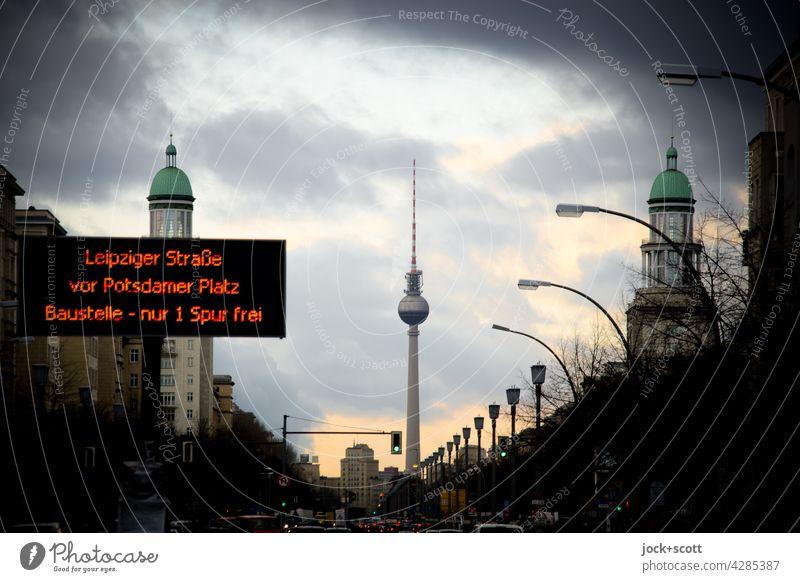 Verkehrsinformationen am Frankfurter Tor Karl-Marx-Allee Berliner Fernsehturm Abenddämmerung Friedrichshain Himmel Wolken Straße Frankfurter Allee Hauptstadt