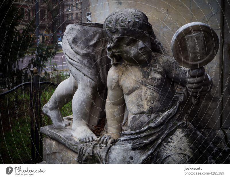 abgestorben + abgehoben Denkmal Vandalismus Putten fehlen Handspiegel Kunst Platz Wiese Baum Gebüsch Skulptur Carrara-Marmor Statue historisch Senefelder Platz