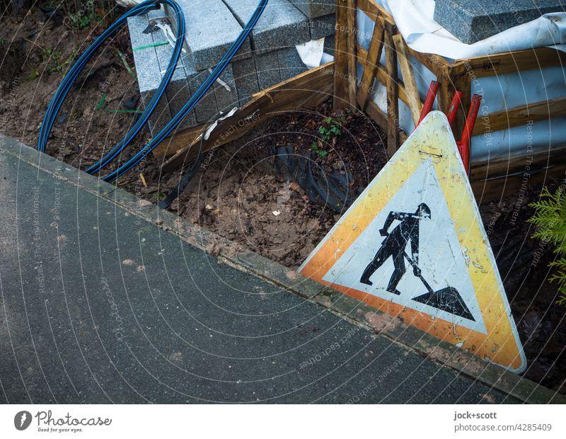 Baustelle - ein  Verkehrszeichen für Deutschland am Straßenrand Verkehrsschild StVO Dreieck Schilder & Markierungen Warnschild Sicherheit Piktogramm Vorsicht
