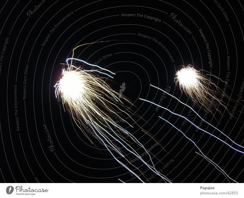 Sternschnuppe Licht schwarz weiß Silvester u. Neujahr Geschwindigkeit Langzeitbelichtung Feuerwerk Himmel Funken Ball Nähgarn Stern (Symbol) Leuchtkörper Brand