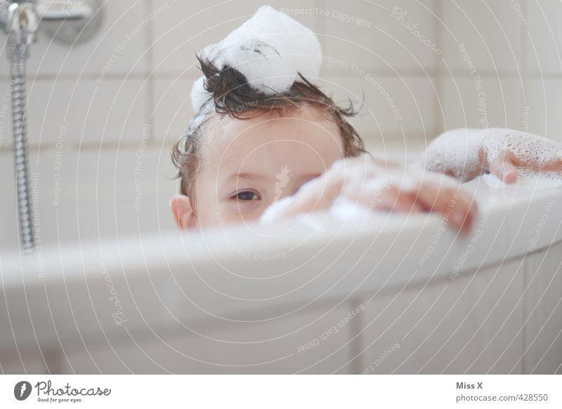 Guck Körperpflege Haare & Frisuren Spielen Badewanne Mensch Kind Kleinkind Kopf 1 1-3 Jahre 3-8 Jahre Kindheit nass Gefühle Stimmung Fröhlichkeit Reinlichkeit