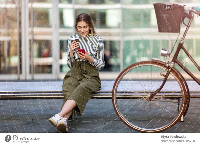Junge Frau mit ihrem Fahrrad in der Stadt Feiertag Urlaub Mode genießend Lifestyle jung Erwachsener Menschen lässig Kaukasier positiv Glück Lächeln attraktiv