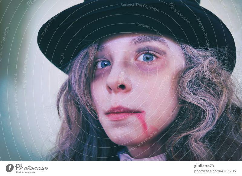 Draculas Sohn | Junge mit irrem Blick im Vampirkostüm zu Halloween Porträt Karneval Fasching Kostüm Karnevalskostüm verkleiden langhaarig Hut Zylinder
