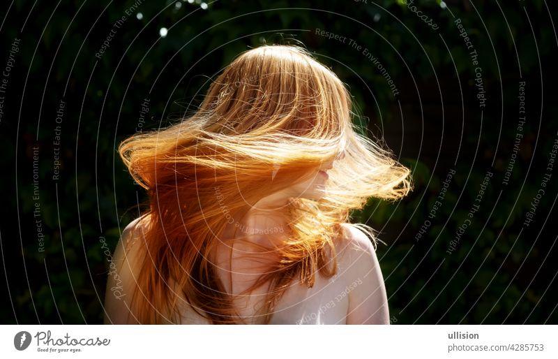 schöne sexy rothaarige Frau Ingwer, schüttelte ihre fliegenden langen Haare gegen das sonnige Gegenlicht Hintergrundbeleuchtung windgepustet Sinnlichkeit