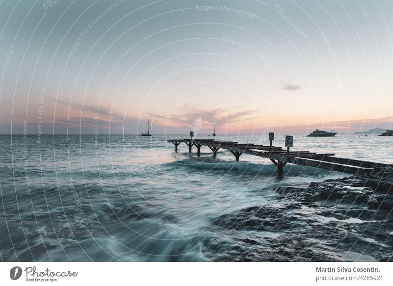 Pier in verlassenen Strand von Ses Illetes auf der Insel Formentera in Spanien. Antenne Hintergrund balearisch Balearen Bucht schön Schönheit blau Küste