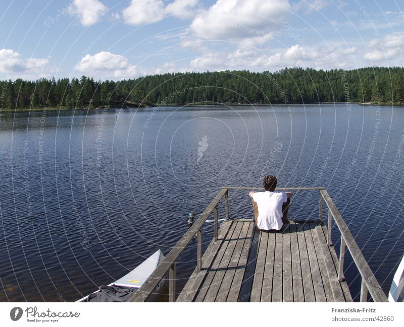 In der Ruhe liegt die Kraft Kanu Denken Steg See Wald Baum ruhig Erholung Wolken Sommer Mann Ferien & Urlaub & Reisen Europa Wasser Schweden nachdenken Küste