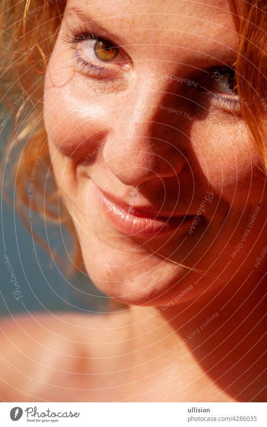 schönes Porträt einer glücklichen rothaarigen Frau in Großaufnahme Freude sorgenfrei Lifestyle sonnig freudig Feiertag Freiheit Fröhlichkeit Urlaub im Freien