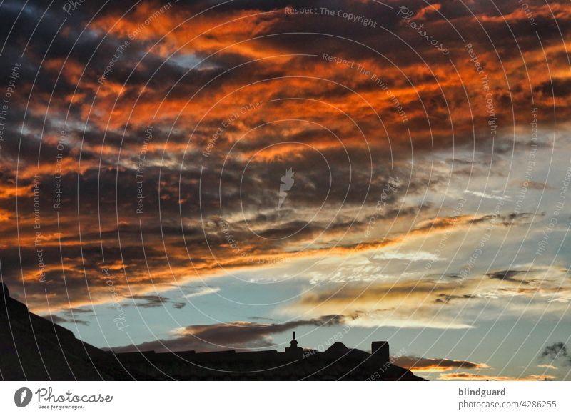 Dark Burning Skies Over The City Sonnenuntergang dunkel bedrohlich farbenfroh Abend Wolken Dämmerung Himmel Außenaufnahme Menschenleer Dach Dächer Stadt