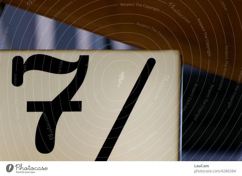 Schwarze 7 und schwarzer Strich auf weißem Hintergrund Sieben Zahl zahlen Nummer ziffer Ziffern & Zahlen Striche Schilder & Markierungen weißer Hintergrund
