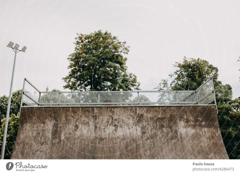 Halfpipe Skateboarding Schlittschuh Außenaufnahme Sport Farbfoto Skateplatz Freude Jugendliche Sportpark Bewegung Funsport Freizeit & Hobby Abenteuer Holzplatte
