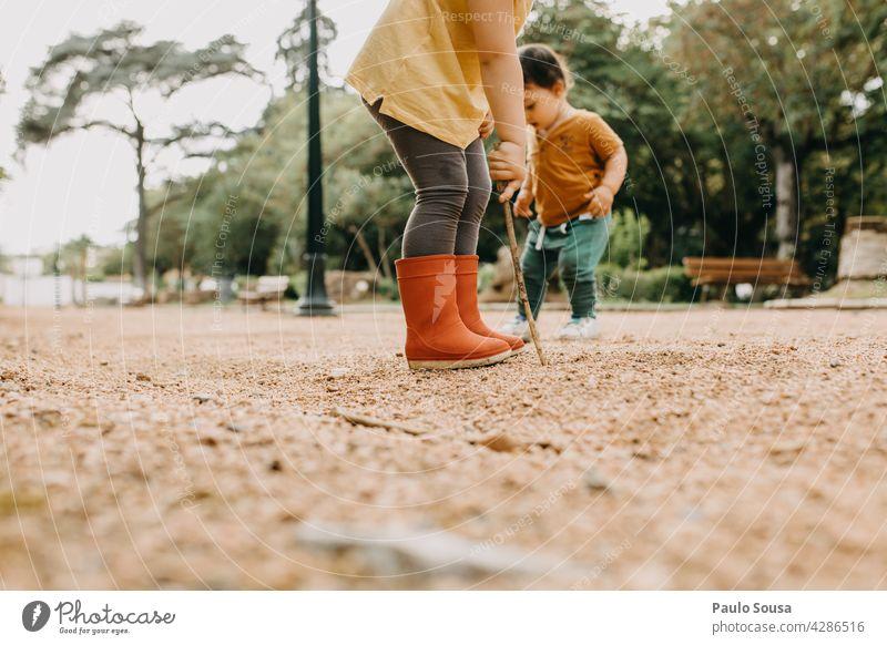 Bruder und Schwester spielen im Freien Geschwister Zusammensein Zusammengehörigkeitsgefühl Spielen Park Kind Kindheit Leben Mensch Gefühle Farbfoto