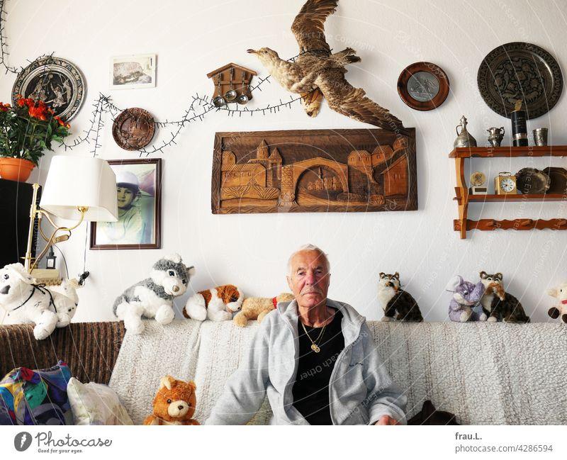 Heinz und sein Wohnzimmer maskulin Selbstbewusst Schnurrbart Bart Kette Goldkette Gesicht Porträt Mann attraktiv Möwe Dekoration & Verzierung Sofa sitzen