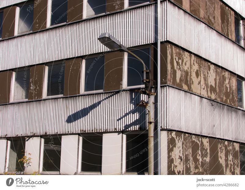 zerstörende Kraft der Zeit bewirkt den Verfall Fassade Haus Fenster Ecke Beleuchtung Architektur Zahn der Zeit Strukturen & Formen verwittert Vergangenheit Stil