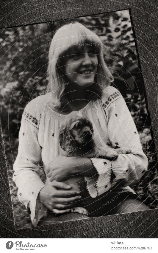 a young girl in hippie look with a little dog puppy Foto Hippie Look Papierfoto analog junges Mädchen junge Frau Hund Welpe Cocker Spaniel Ponyfrisur blond