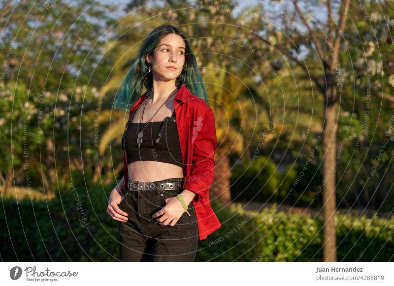 Kaukasische, moderne junge Frau mit gefärbtem Haar Kaukasier Behaarung rot Hemd Frauen Dame stylisch Model horizontal Textfreiraum Kopierbereich copyspace