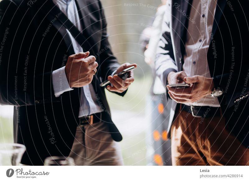 Geschäftsgespräch! Business Büro Kleiderordnung Arbeit Büromensch Tagung Besprechung Lösung Messenger Stil arbeiten Mitteilung Männer ruft  auf. Mittagspause