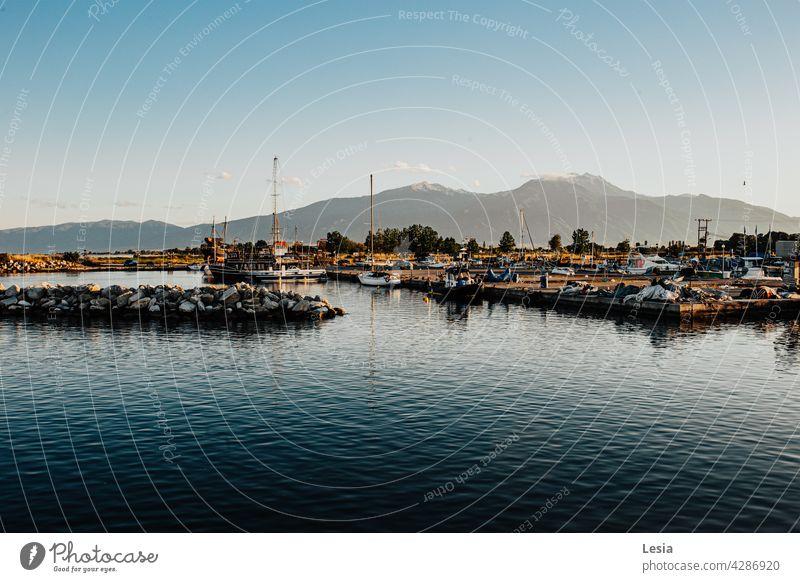 Abendliegeplatz! MEER Sonnenuntergang Liegeplatz goldener Sonnenuntergang brennend hafen Boote Spaziergang Sommer Landschaft schönes Ereignis Sommerabend